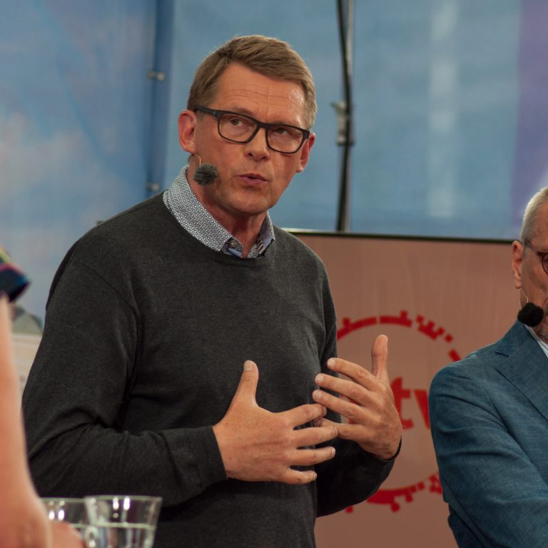 Matti Vanhanen presidenttitentissä SuomiAreenassa vuonna 2017.