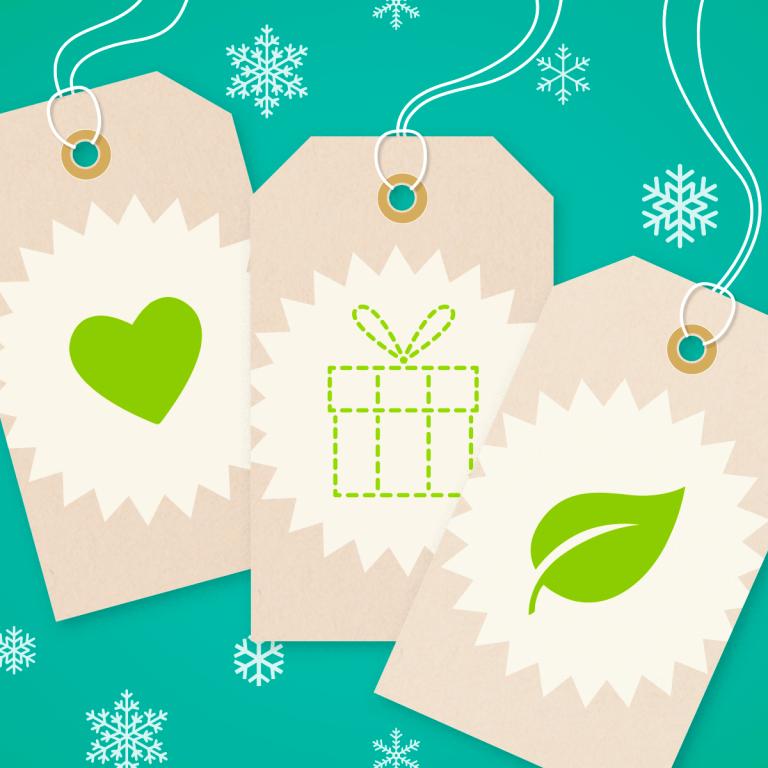 Kuvassa kolme lahjapaketin nimikorttia.