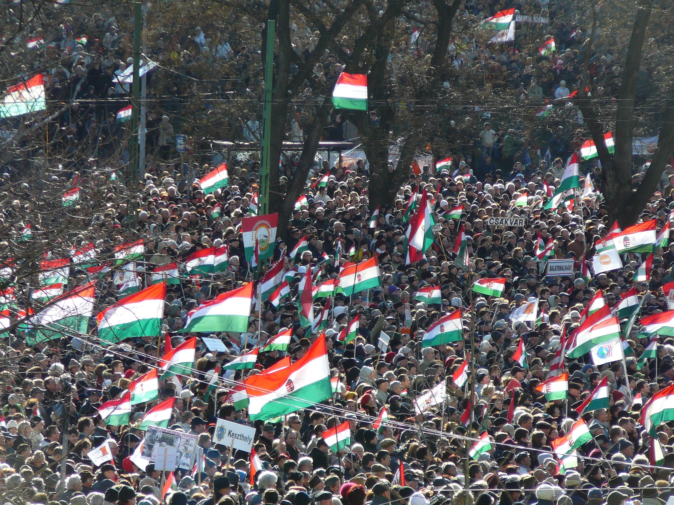 Unkarin lippuja väkijoukossa