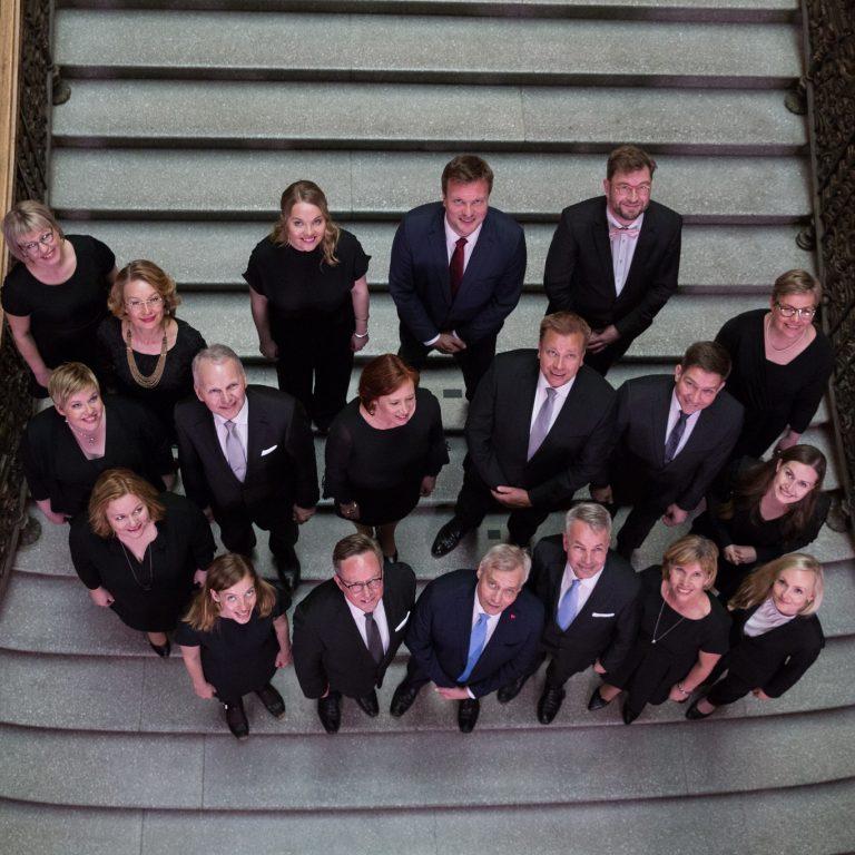Rinteen hallitus ryhmäkuvassa katseet ylöspäin