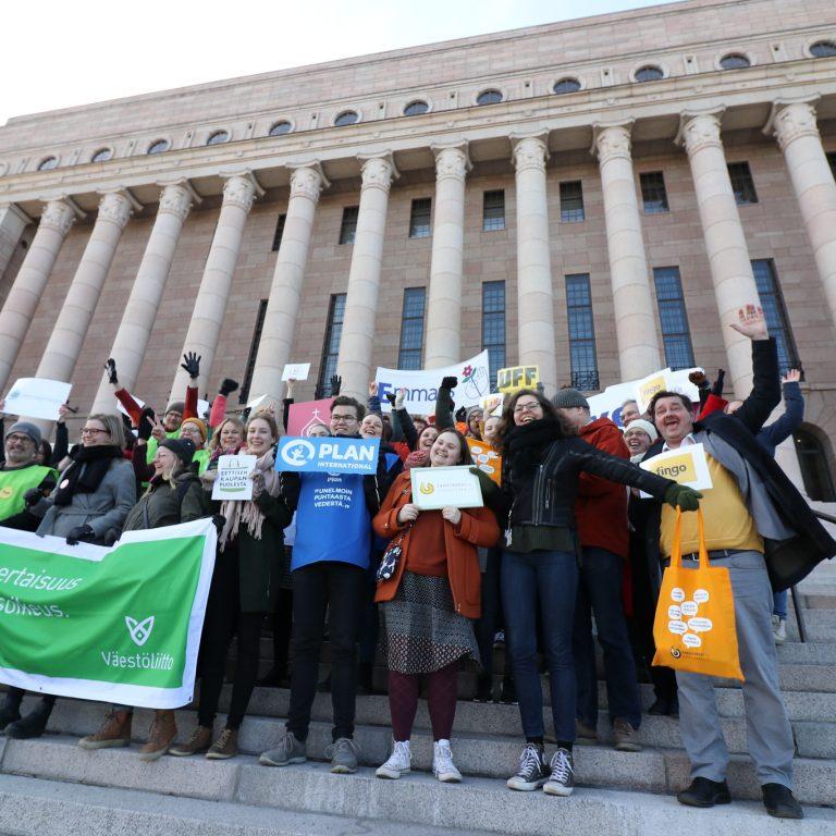 Fingon jäsenjärjestöjen edustajia iloisena eduskuntatalon portailla