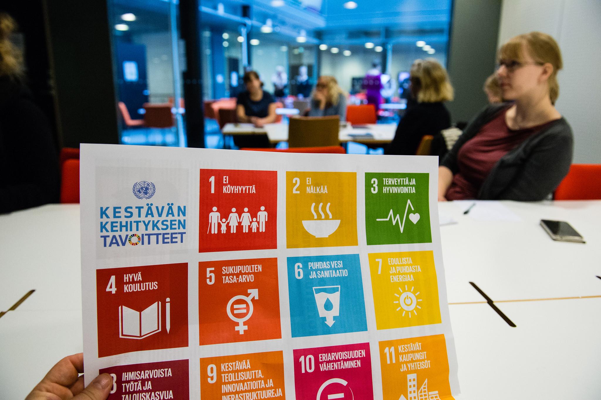 Osallistujat keskustelevat Maailma koulussa -globaalikasvatuksen seminaarissa Helsingissä
