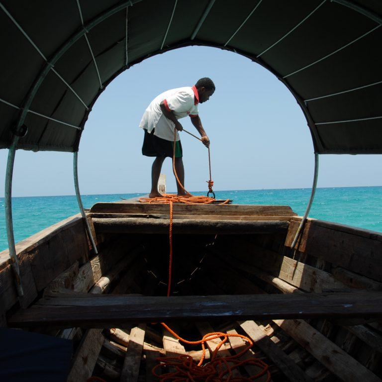 Afrikkalainen kalastaja veneessä