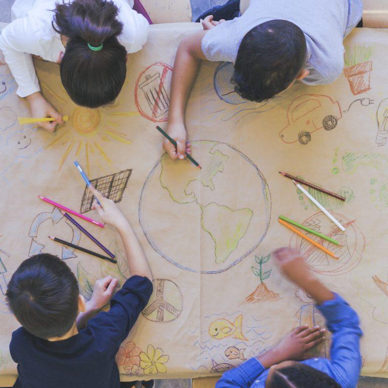 Lapset piirtävät globaalikasvatuksen teemoja