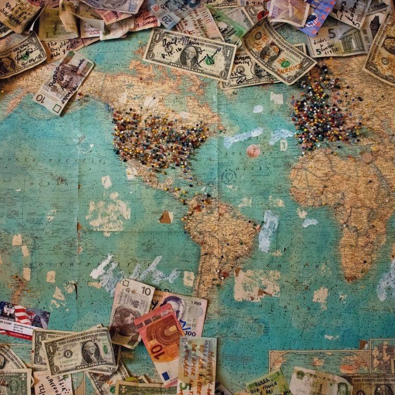 Kartta jonka päällä on seteleitä.