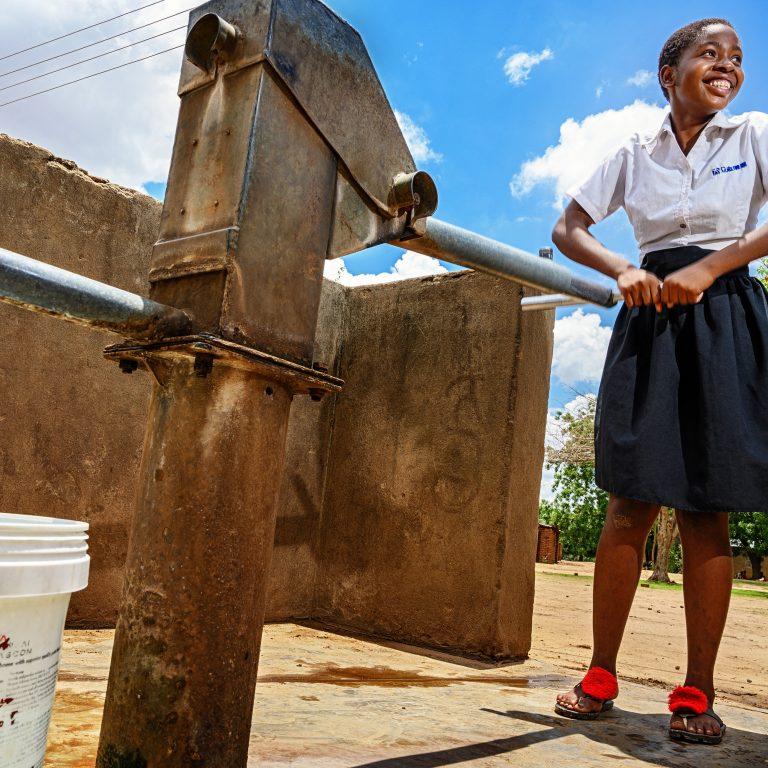 Sata 14–21 vuotiasta opiskelijaa elää Punaisen Ristin rahoittamassa tyttöjen hostellissa Kakomassa