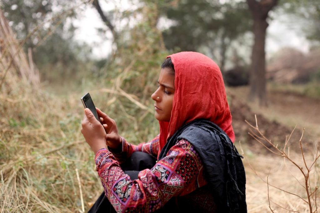 Young woman holding a mobilephone.