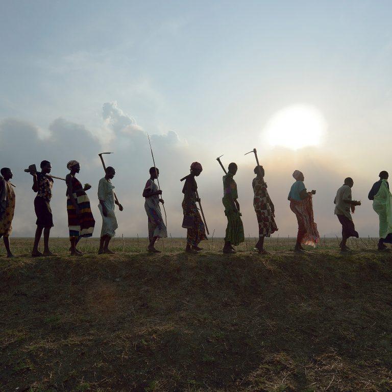 Työntekijöitä palaamassa koteihinsa työpäivän päätteeksi Etelä-Sudanissa vuonna 2017.
