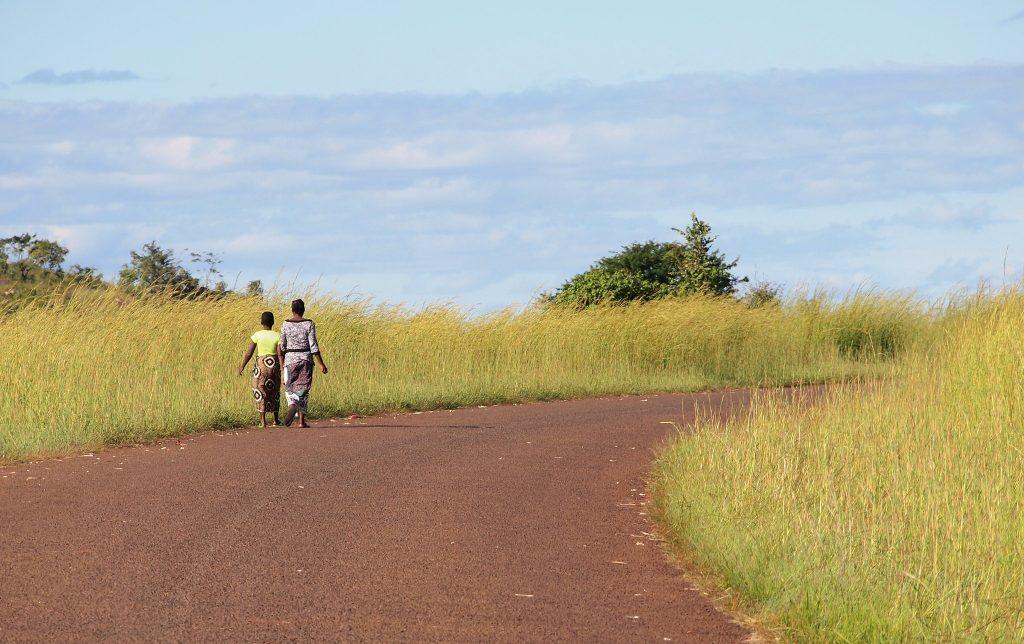 Hiekkatiemaisema Mosambikin maaseudusta.