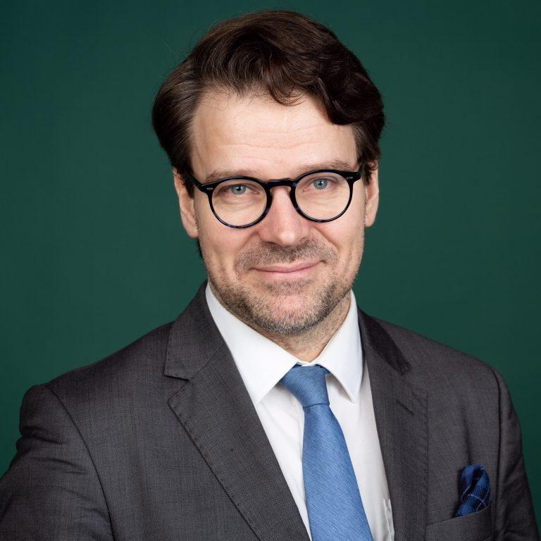Ville Niinistö vihreällä taustalla.