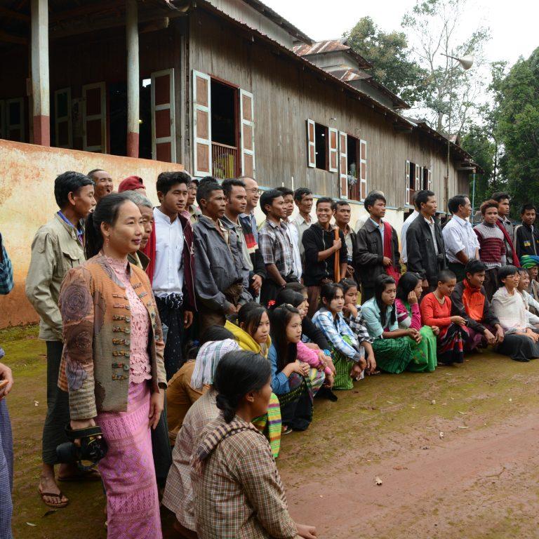 Työpajan osallistujia ryhmäkuvassa Myanmarissa.