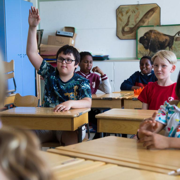 Ala-asteen oppilaita luokkahuoneessa.