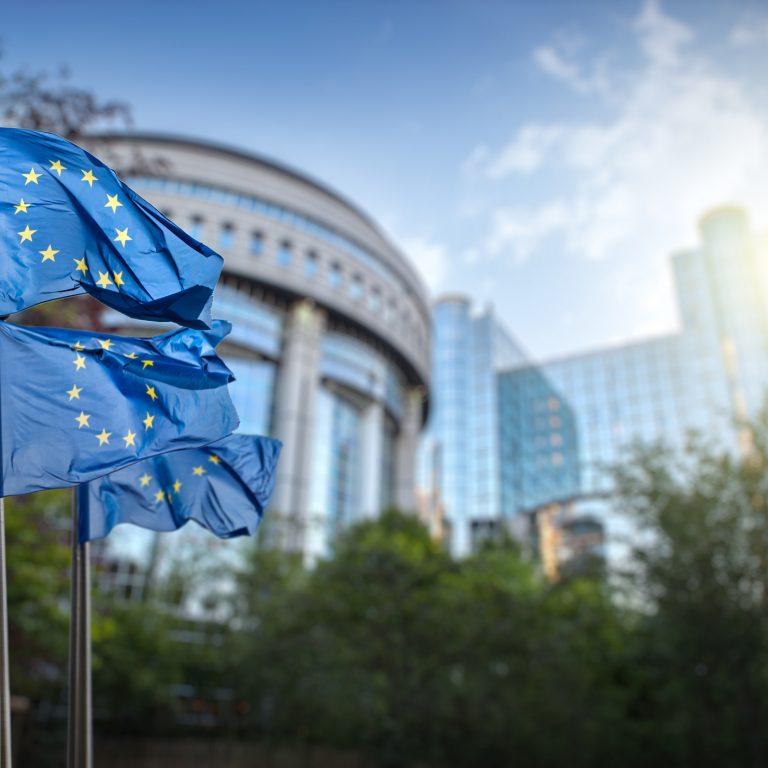 Kolme EU lippua liehuu parlamentin edessä Brysselissä Belgiassa.